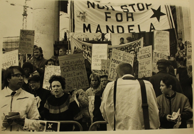 Anti-apartheid protesters watch from the steps of St. Martin-in-the-fields Church, as others defy the ban on protests outside the South African Embassy, 6 May 1987 (Source: City Group)