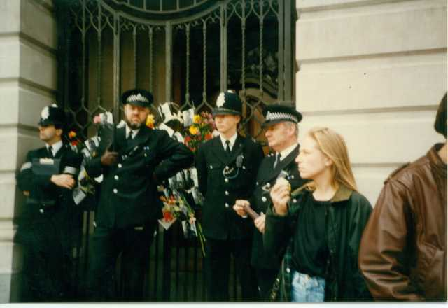 Policing the 1000 Days and Nights rally on the Non-Stop Picket, January 1989 (Source: Deirdre Healy)
