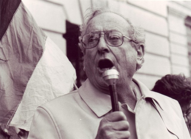 David Kitson speaks on the Non-Stop picket, 19 April 1987 (Photographer: Jon Kempster)